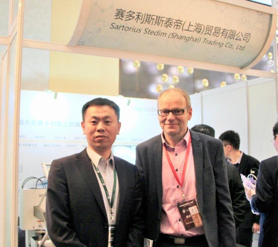 赛多利斯中国上游产品应用支持经理 杨威(左)和赛多利斯全球数据分析负责人Mark Demesmaeker(右)